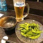 天徳 - セットのビールと枝豆。 我慢できずに飲んじゃいました(笑)