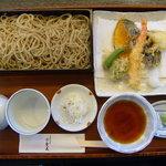 手打そば みかみ - せいろ天もり:海老と季節の野菜をご賞味ください。