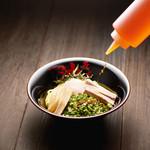 東京油組総本店 - 酢とラー油をかけて一気にかき混ぜて