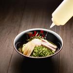 油そば 東京油組総本店 - 酢とラー油をかけて一気にかき混ぜて
