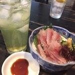 入谷食堂 - あじ刺し550円と緑茶ハイ360円