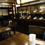 備屋珈琲店 - アンティークカップが陳列された店内