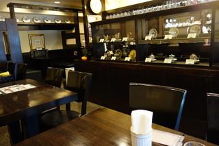 備屋珈琲店 恵比寿店 - アンティークカップが陳列された店内