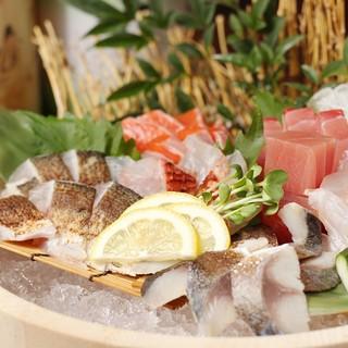 月替りで仕入れる全国の地鶏と産地直送の魚を柱にした専門店