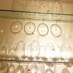 74926551 - 個室の棚 ワイングラスの影が♡