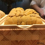 粋・丸新 - 特製ケースに収められた東沢の海胆