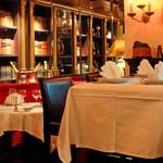 395スパイストウキョウ - ハイテーブルは4名様まで可。軽く一杯飲まれるお客様や、ライトミールのご利用にぴったりです。