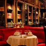 395スパイストウキョウ - 奥まったテーブル席は、プライベートな空間です。二人の会話が弾む席からはミュージシャンの生演奏が一番近くで見れます。