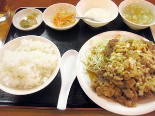 中国食酒館 龍福園 - 油淋鶏アップ。すごい量ですが、味もしっかりしています。