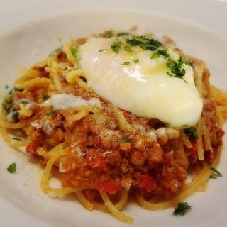 リジーグ - 半熟卵をのせたシンプルなスパゲティボロネーゼ