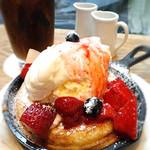 ビブバール - ミニスキレットパンケーキ(ベリーとクリームチーズ ヴァニラアイスクリーム添え)