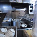 麺屋こころ - 大きな寸胴で麺を茹でる。 茹で上がり後、麺棒を投入し、グリグリグリ〜っと麺を網に擦り付ける様に回す。 麺に傷が付き、粘りが出る。その粘りが具材と絡みやすくする。