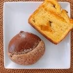 ポンパドウル - 料理写真:栗クリームパン  @183円に、北海道かぼちゃブレッド 1/2 @378円の1切れ。これにミルクで秋の幸せな朝食の完成!