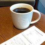 スターバックス・コーヒー - ホットコーヒー、ショート、マグカップで。結構、たっぷり入っている感じだ。
