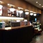 スターバックス・コーヒー - 一階の配膳&レジカウンター。