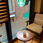 スターバックス・コーヒー - 2階の窓際の隅っこの席を確保。って、そんなに客はいなかったのだが。