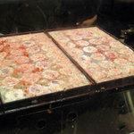 7496077 - ピンク色の桜エビの粉末を入れる