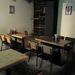 製麺所 豚とこむぎ - 店内奥のテーブル席。