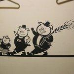 """製麺所 豚とこむぎ - 店内壁には""""三匹の子豚""""が。"""