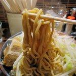 製麺所 豚とこむぎ - 自家製麺は極太縮れのむっちりした食感。