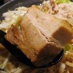 製麺所 豚とこむぎ - チャーシューというか肉塊な角煮。