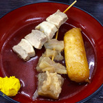 資さんうどん - おでん「牛スジ」(130円)「豚バラ」(130円)「餅天」(100円)。