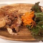 editor's fav るるぶキッチンAKASAKA - ランチについてくる鶏の唐揚げとサラダ
