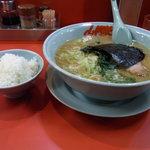 山岡家 - 醤油ラーメン(中盛)690円+半ライス110円