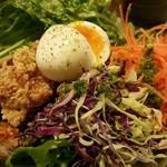 eat 産直野菜とブランド豚工房 - フライドチキンのサラダボール