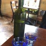 ピッツェリア デラチッタ - お水です♪ ワインボトルに入ってるなんて、お洒落♡