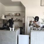 グッドアップコーヒー - 注文してから、豆を挽き、丁寧に淹れてくれます。