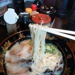 元祖中洲屋台ラーメン一竜  - ストレート麺。硬さ普通。