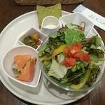 ジクー - 料理写真:山盛りサラダと前菜