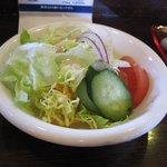 3びきのこぶた - 料理写真:ハンバーグランチの最初はサラダです、サラダに使ってある人気の自家製ドレッシングは買って帰る事が出来ますよ!