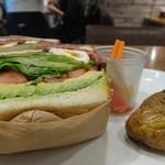 74991940 - ローストビーフとポーチドエッグのサンドイッチ①