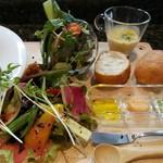 Cuisine&Wine KEIZO - 色鮮やかなサラダに、クリーミーな南瓜のスープ、バゲットのお供はあおさ海苔や林檎のオリジナルバター