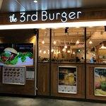 74994310 - 2017/10 新宿大ガードの交差点から、青梅街道を西に80メートルばかり行ったところにあるビルの1階に位置するthe 3rd Burger 新宿大ガード店。以前…2年ぐらい前は、マクドナルド 新宿大ガード西店 だった場所なのだ