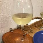 マルコ 102 - シチリア島の白ワインをグラスで。
