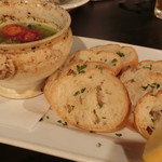 OUI - ムール貝とマッシュルームのガーリックバター焼き&バケット
