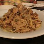 OUI - 鳥取産大山地鶏モモ肉と6種のきのこのラグーソーススパゲッティ