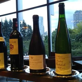 当店シニアソムリエ厳選の100種類以上のワイン