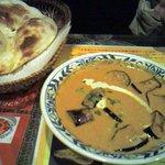 南インド料理胡椒海岸マラバールエクスプレス - ナスが入っているカレーとナン