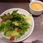鉄板洋食 だいじゅ - チキンステーキのサラダとスープ
