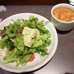 鉄板洋食 だいじゅ - オムソバランチのサラダとスープ