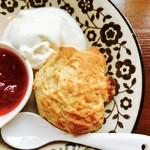 茶店×洋食 オリホン - スコーン&ジャム(赤ワインと苺のジャムで)