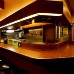 串かつ 赤とんぼ - 「串かつ 赤とんぼ」明るい雰囲気のカウンター席