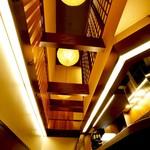 串かつ 赤とんぼ - 「串かつ 赤とんぼ」吹き抜けの天井からは温かみのある明かりが広がります。
