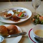 もん・しゃとう - 料理写真:日替りランチ ハンバーグ&チキンカツ ¥900