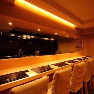 カウンター7席、個室6席の小さなお店・・・