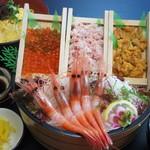 鳥取砂丘にいちばん近いドライブインレストラン砂丘会館 - 丼してたべてよし、そのまま刺身でもよし。